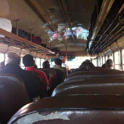 """El interior de los chickenbus son como en """"los Simpson"""" pero con pegatinas de fútbol o religión"""