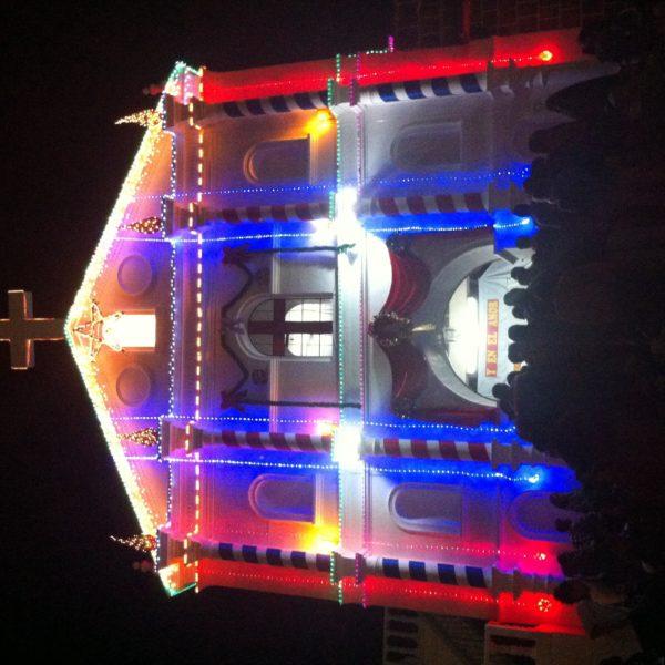 Típicas luces de navidad en la iglesia de San Pedro