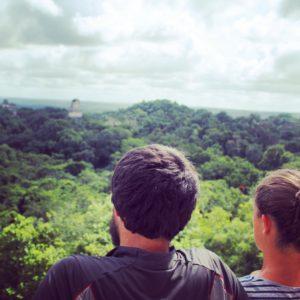 Nos encantaron las vistas desde el Templo IV de toda la jungla de Tikal, con las puntas de los templos asomandose