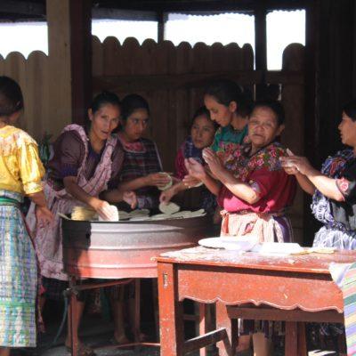 Un grupo de mujeres hacen tortillas para el comedor