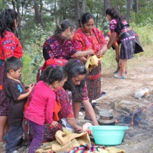 Una vez desplumados, empezaron a prepararse para cocinarlos