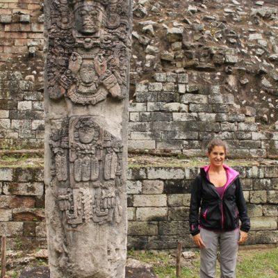 Una de las montones de estelas expuestas en la zona arqueológica