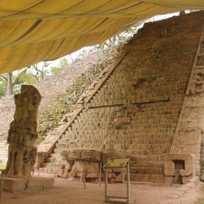 Esta gran escalinata es una de la joyas de Copán. Aunque inicialmente se podía ascender por ella, ahora no lo permiten para preservarlo mejor