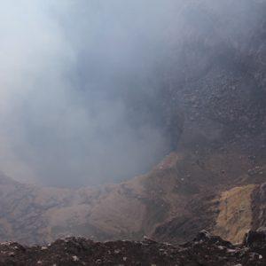 El humo de sulfuro deja vislumbrar débilmente el borde del cráter