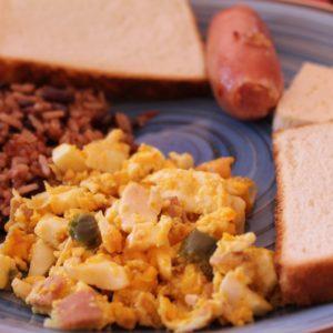 Fuerte desayuno a base de tortilla y gallo pinto para empezar bien el día