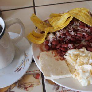 El gallopinto y las tajadas (banana frita) como desayuno en Masaya, nos sabían a gloria