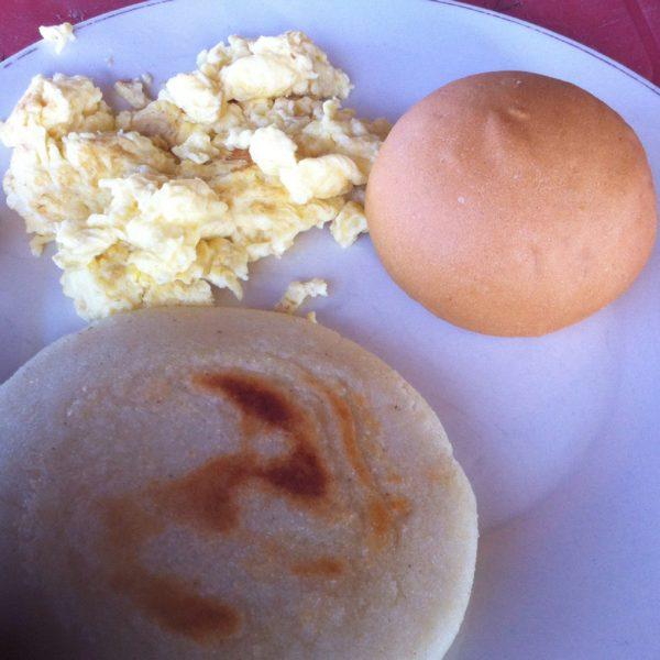 Arepa con tortilla y un bollito de pan - ni punto de comparación con las de Doña Clarisa, pero como a aquellas no les sacamos ni una triste foto, por lo menos para aquellos que no sepan ni la forma de una arepa ;)