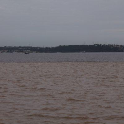 Nosotros en el río Solimões y al fondo el río Negro, separado por un clara raya