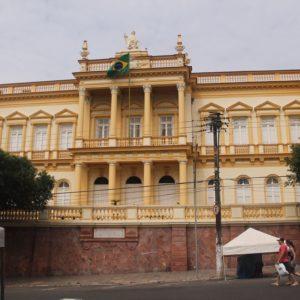 El Palacio de Justicia frente al Teatro Amazonas