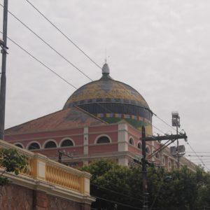 Los edificios de alrededor no dejan opción a un buen ángulo, pero la cúpula dl teatro Amazonas sobresale imponente