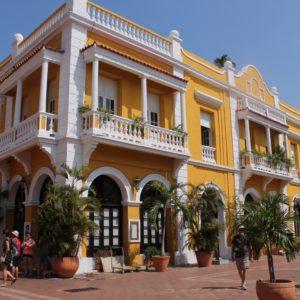 Edificios majestuosos como este presiden las plazas de la ciudad