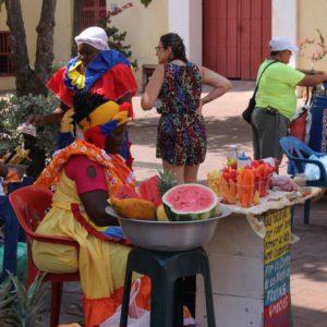 En cualquier esquina se puede comprar fruta o jugo a estas mujeres vestidas con los colores colombianos