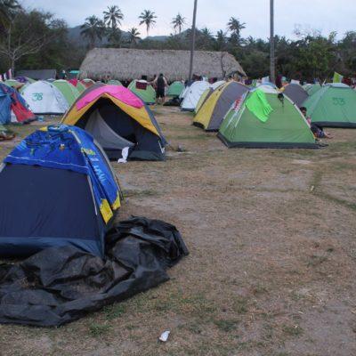 Como si de un festival se tratara, la playa del Cabo San Juan estaba abarrotada de tiendas de campaña