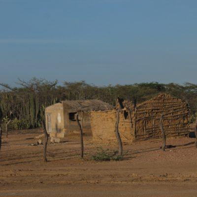 En el desierto de la Guajira nos encontramos con chavolas y pequeños pueblos por todo el camino
