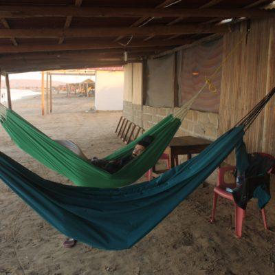 """Nuestras """"camas"""" literalmente en primera linea de playa... o sea en la  misma arena"""