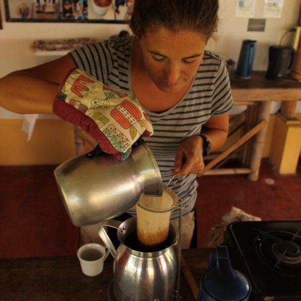 """Al contrario de lo que yo creía, al hacer """"café de puchero"""", se coloca el café en el """"chino"""" (la media) y echarle el agua caliente (no hirviendo) para que coja el aroma al pasar por él, pero sin quemar el café"""