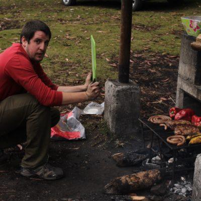 El chef Ibon en plena tarea de airear las brasas