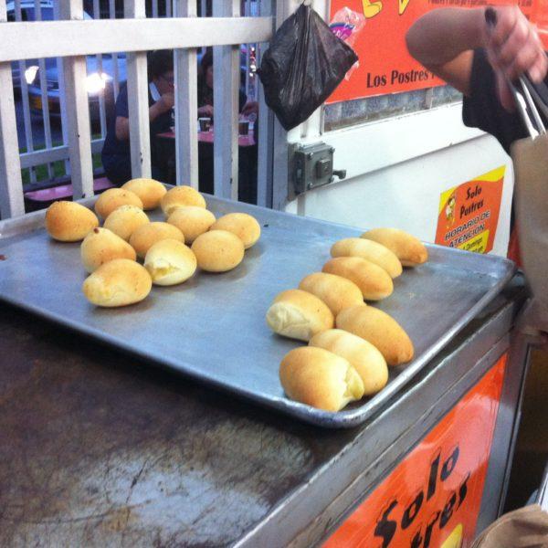 Compramos las almojábanas y los pandebonos en una panadería que estaba a tope...