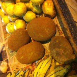 Paseándonos por el mercado encontramos todas estas extrañas frutas, como el cupuaçu
