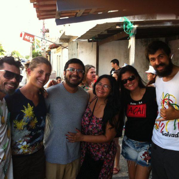 Cuando sólo llevábamos unos minutillos en el carnaval este grupo nos acogió entre ellos, ¡majísimos!