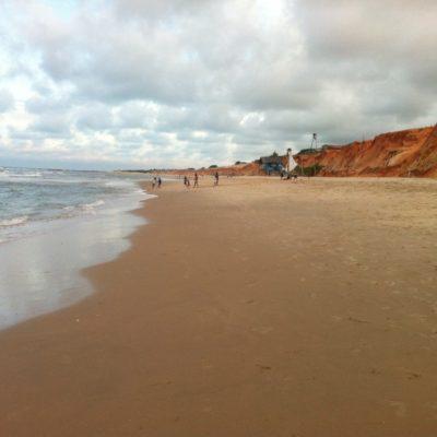 La larga playa tiene chiringuitos, pero también espacio para tomar el sol