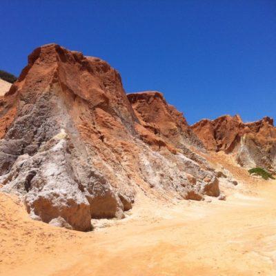 Este muro de arena limita la playa