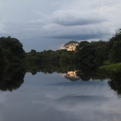 El atardecer empezó mientras paseábamos en el barco, ofreciéndonos paisajes como éste