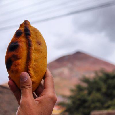 """Una mujer de Salta (Argentina) se mudó a Potosí con su marido. Cuando él murió y ella se quedó viuda con varios hijos y sin trabajo, empezó a vender estas empanadas. A todo el mundo le gustaban y todos iban a comprarlas donde """"la salteña"""". Desde entonces, las salteñas se pueden encontrar en cualquier esquina de Potosí, y también de toda Bolivia."""