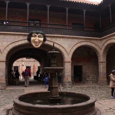 El patio de entrada a la Casa de la Moneda, donde este rostro, que se ha vuelto emblema del museo y la ciudad, da la bienvenida a todos los visitantes