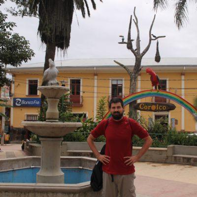 La plaza de Coroico es colorida y con ambiente