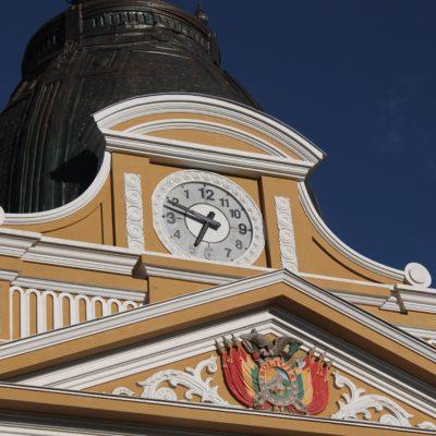 Nos llamó la atención el reloj del edificio del Congreso, donde las manillas giran en sentido contrario. Y es que el Gobierno boliviano quiso de esta manera recuperar la identidad del hemisferio Sur