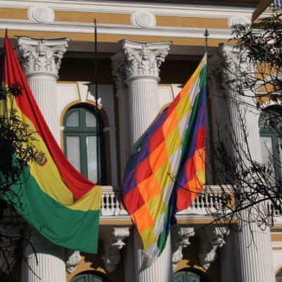 """La bandera boliviana y la """"wiphala"""", la bandera de los pueblos andinos"""