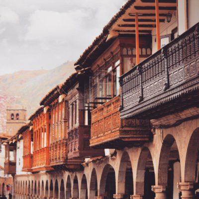 Los preciosos balcones sobre los arcos de la Plaza de Armas de Cusco