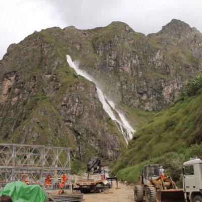 Ese torrente de agua es la salida de una de las 3 presas que hay en Hidroeléctrica. No pudimos ver la presa, pero ¿podéis imaginaros lo alto que está para que la salida esté ahí arriba?