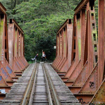Prácticamente todo el recorrido se realiza por el borde de la vía del tren, por lo que es muy fácil de hacer (Foto: Malcolm Duregger)