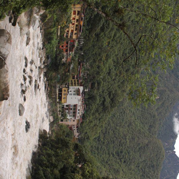 Aguas Calientes es un pueblo al borde de este caudaloso río, metido en un agujero entre los Andes
