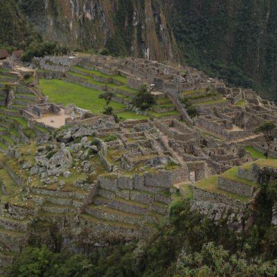 El contraste del fuerte verde en la ciudadela con el gris de las rocas, crea una perfecta integración