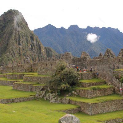 La montaña Huayna Picchu también tiene ruinas en la punta que se pueden apreciar ligeramente desde la ciudadela