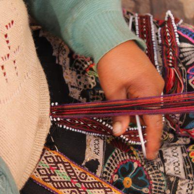 Algunos artesanos del mercado estaban trabajando en sus productos mientras esperaban la llegada de clientes