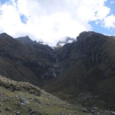 El camino hacia la laguna Churup subía al final cerca del río hasta llegar al pie del nevado