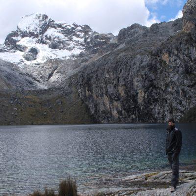 Aunque el color de la laguna no fuera nada del otro mundo, la montaña que la vigila desde cerca transforma el paisaje