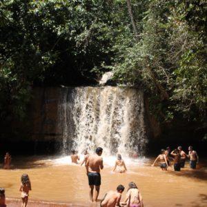Cerca de la otra cascada, la Cachoeira do Amor permite el baño, aunque el color no es muy tentador