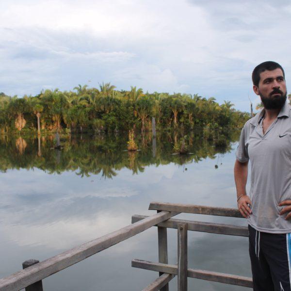 Desde un puente-mirador, Nico concentrado para seguir el vuelo de los guacamayos