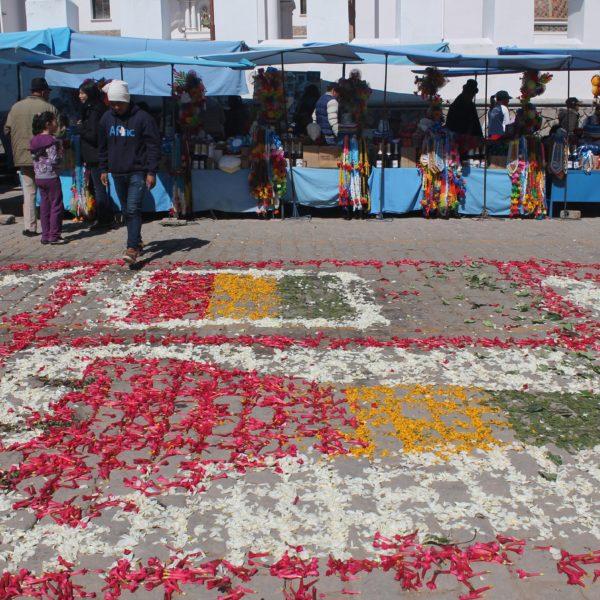 Decoraron los suelos de la procesión con mosaicos hechos con pétalos de flores