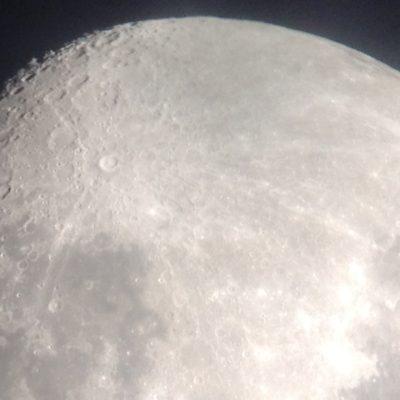 Haciendo zoom con el iPad pudimos ver claramente muchos de los cráteres de la Luna