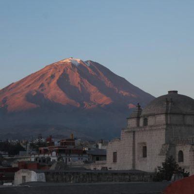 El monasterio de Santa Catalina bajo la atenta mirada del volcán Misti