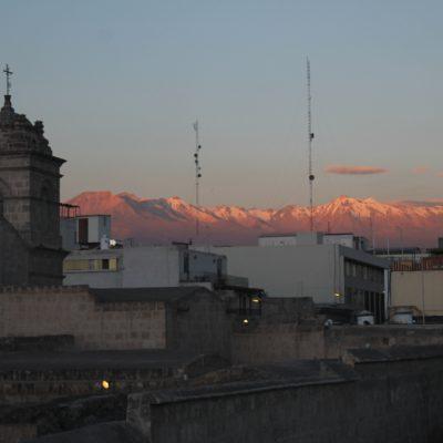 Desde la ciudad se puede ver perfectamente la cordillera de montañas nevadas