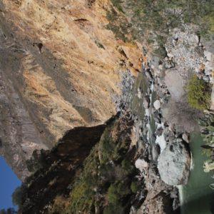Una vez en la profundidad del cañón cruzamos varias veces el azulado río Colca