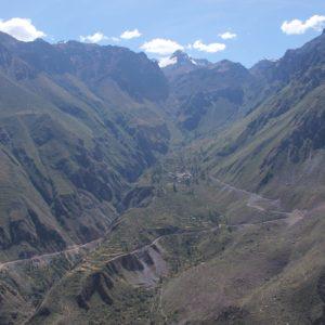 Bajamos al cañón teniendo de frente esta frondosa ladera verde