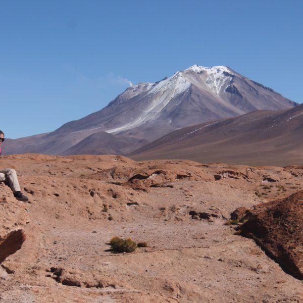 Al fondo, el volcán Ollagüe un poco humeante